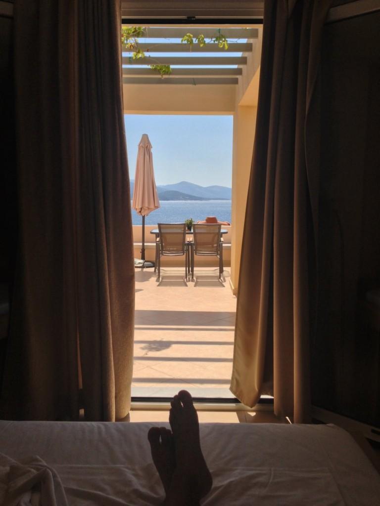 Panoramik odada yeni ve güneşli bir sabaha uyanış.