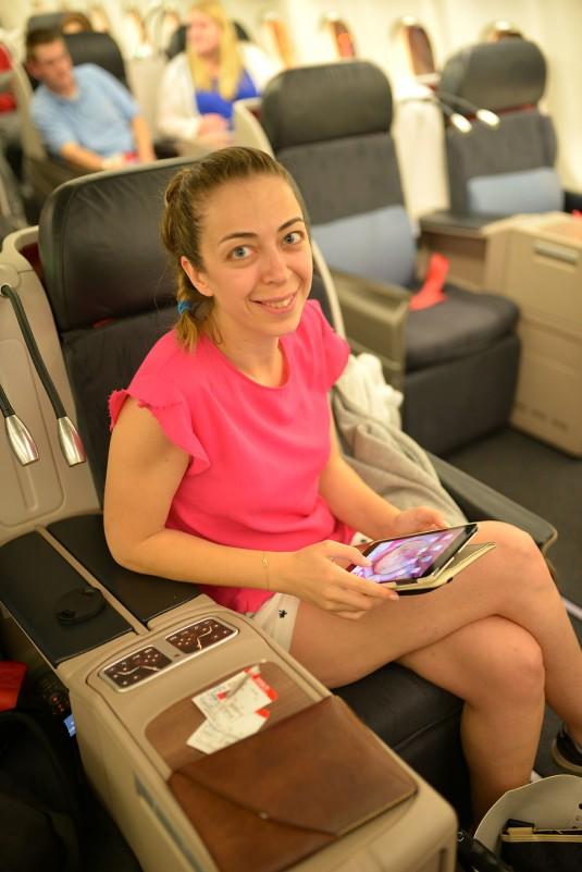 Hanım elinde iPad'i uçuş öncesi